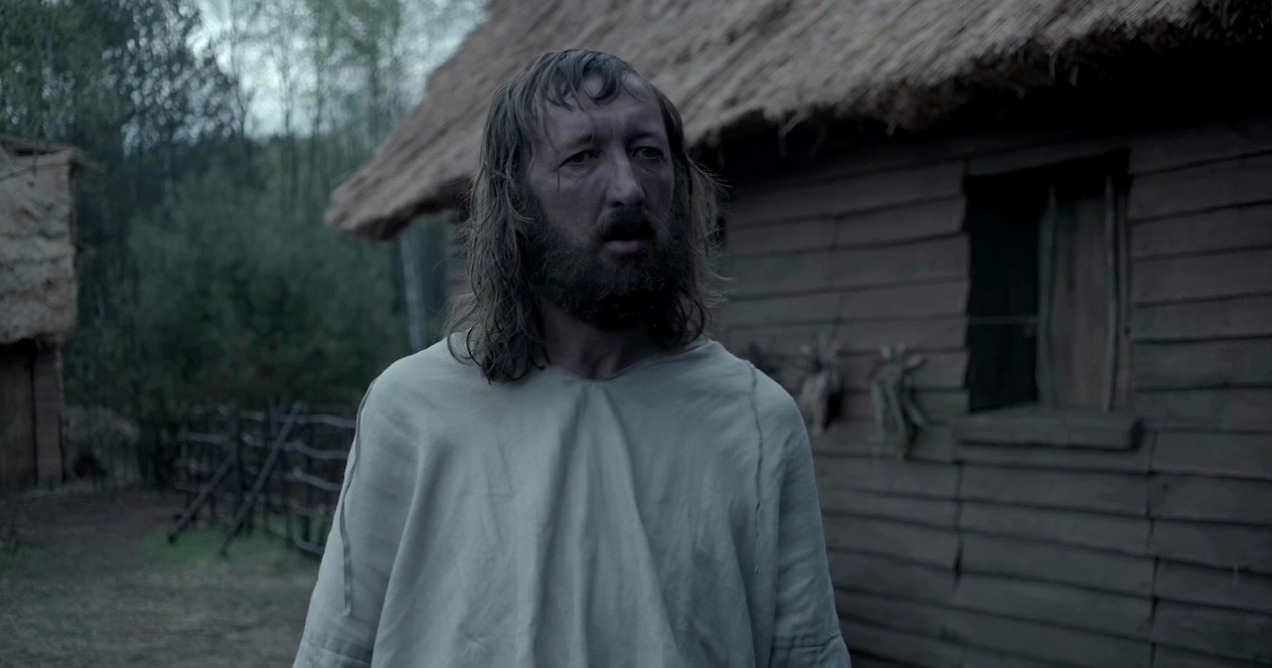 Imagem do filme A Bruxa, ou The Witch. Na imagem Ralph Ineson, que interpreta William, está parado de frente para a câmera.
