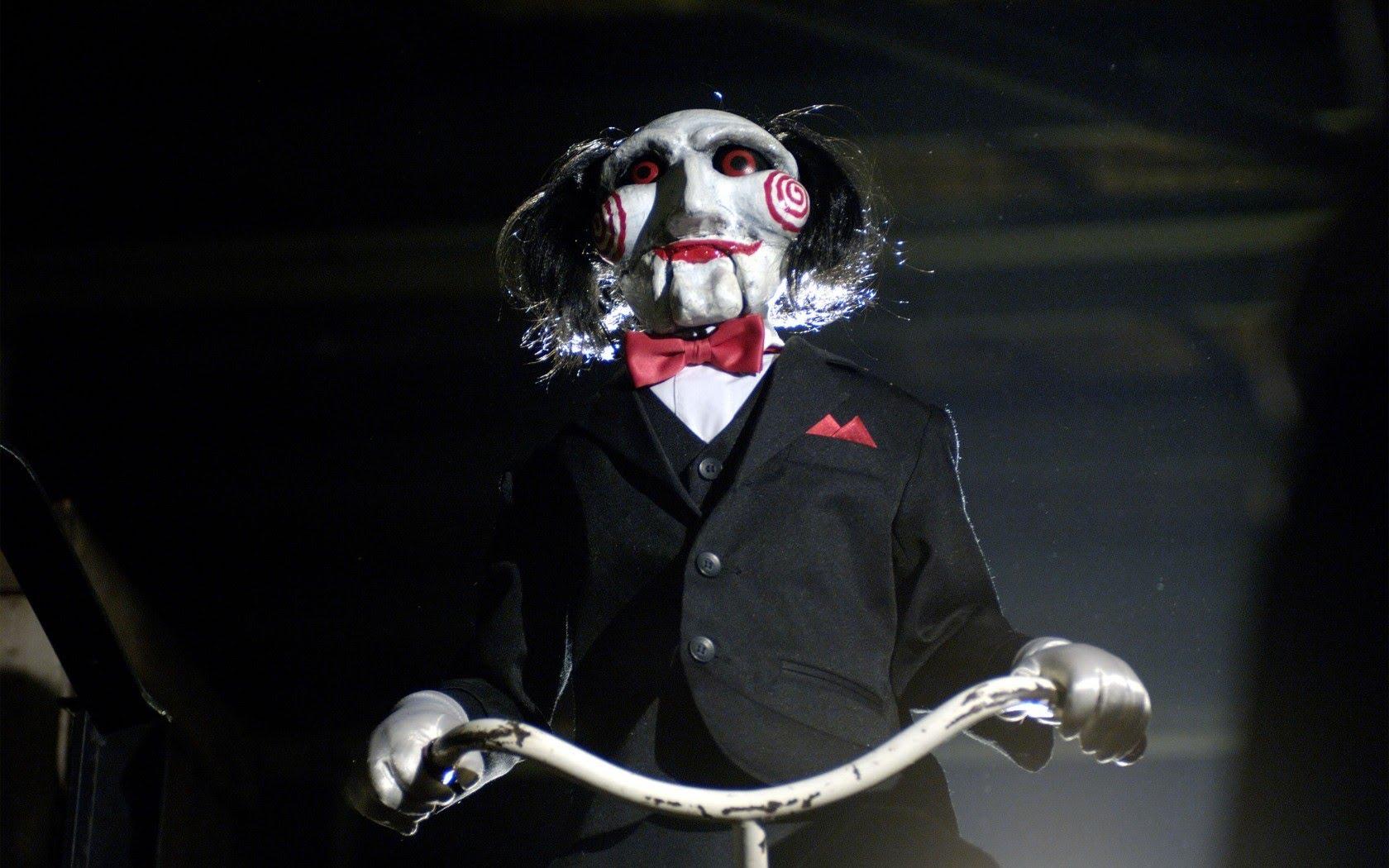 Cena do filme Saw, ou Jogos Mortais. A cena mostra a marionete Billy the Puppet.