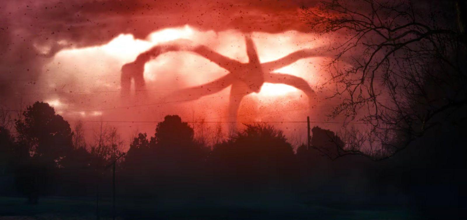 Imagem da série da Netflix Stranger Things 2. A imagem mostra o monstro de Upside Down em meio a uma tempestade vermelha.