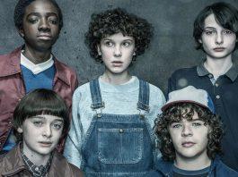 Imagem de divulgação da série da Netflix Stranger Things 2, com Millie Bobby Brown (Eleven) ao meio, Caleb McLaughlin (Lucas) e Noah Schnapp (Will) à esquerda e Finn Wolfhard (Mike) e Gaten Matarazzo (Dustin) à direita.