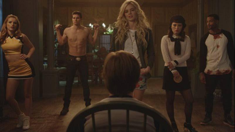 Imagem do filme A Babá, ou The Babysitter, a nova produção original da Netflix. A imagem mostra um garoto amarrado em uma cadeira, enquanto cinco jovens estão parados, de pé, em frente a ele.