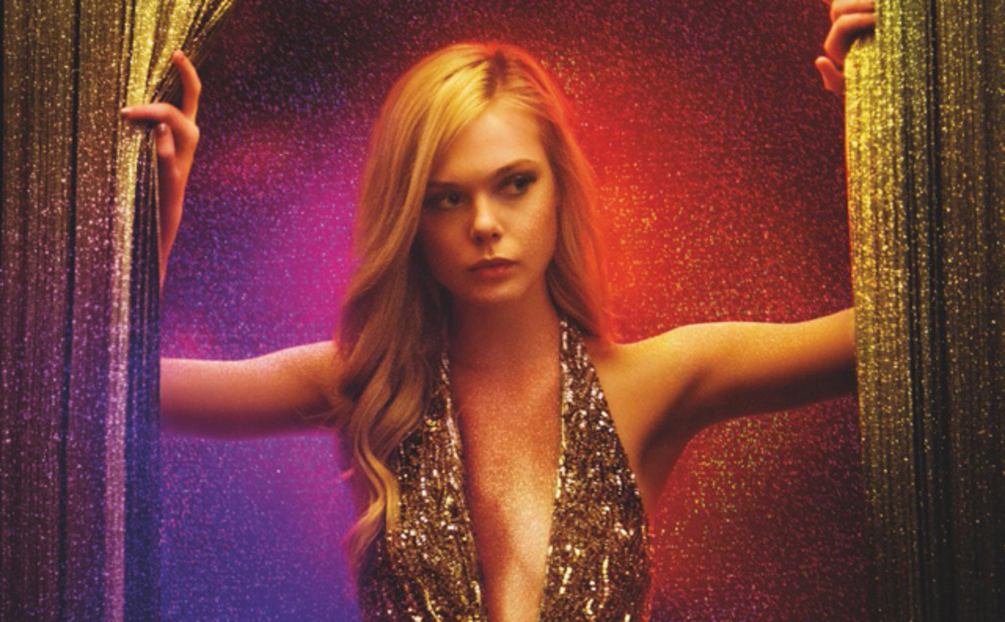 Imagem do filme The Neon Demon, ou Demônio Neon. A imagem mostrauma jovem em um vestido dourado, em um fundo colorido de vermelho e lilás.