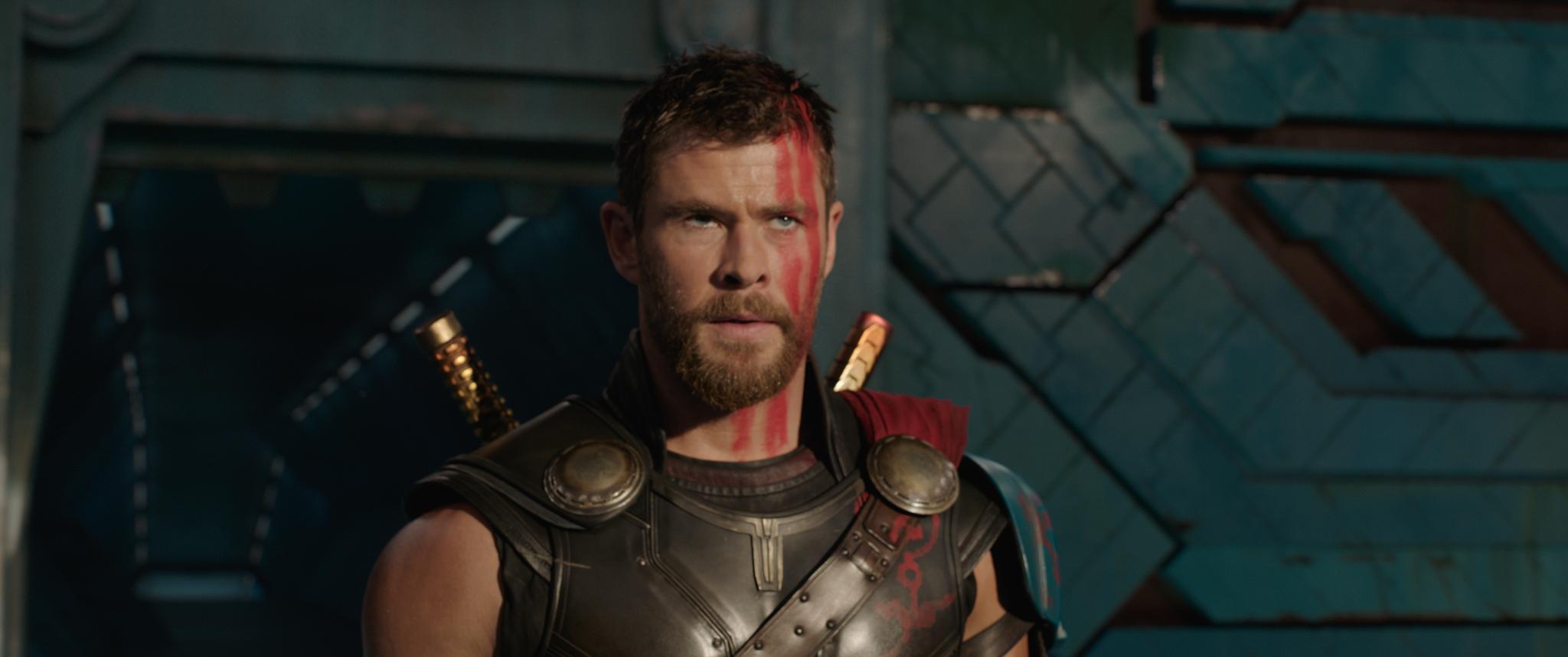 A ator Chris Hemsworth como Thor, sem seu capacete e de cabelos curtos