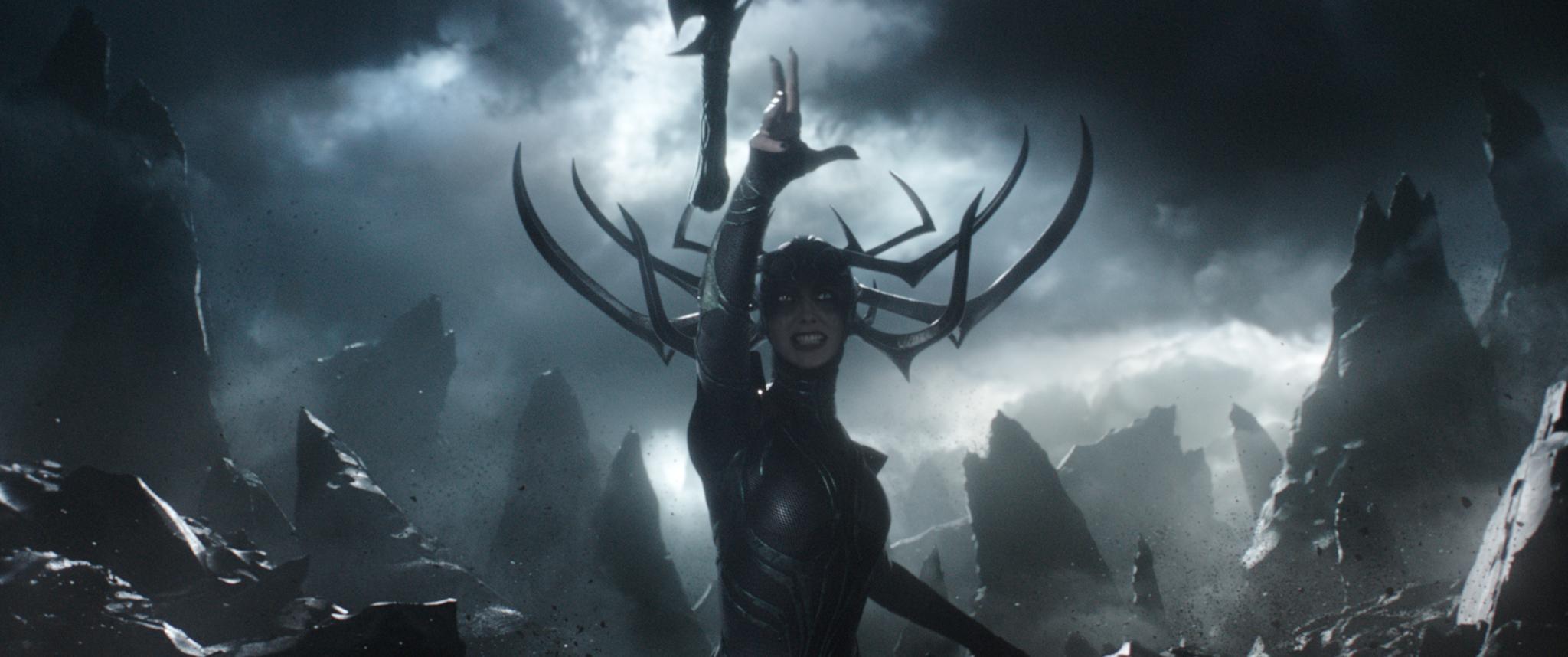 Cate Blanchett como a vilã Hela, liderando um ataque à Asgard