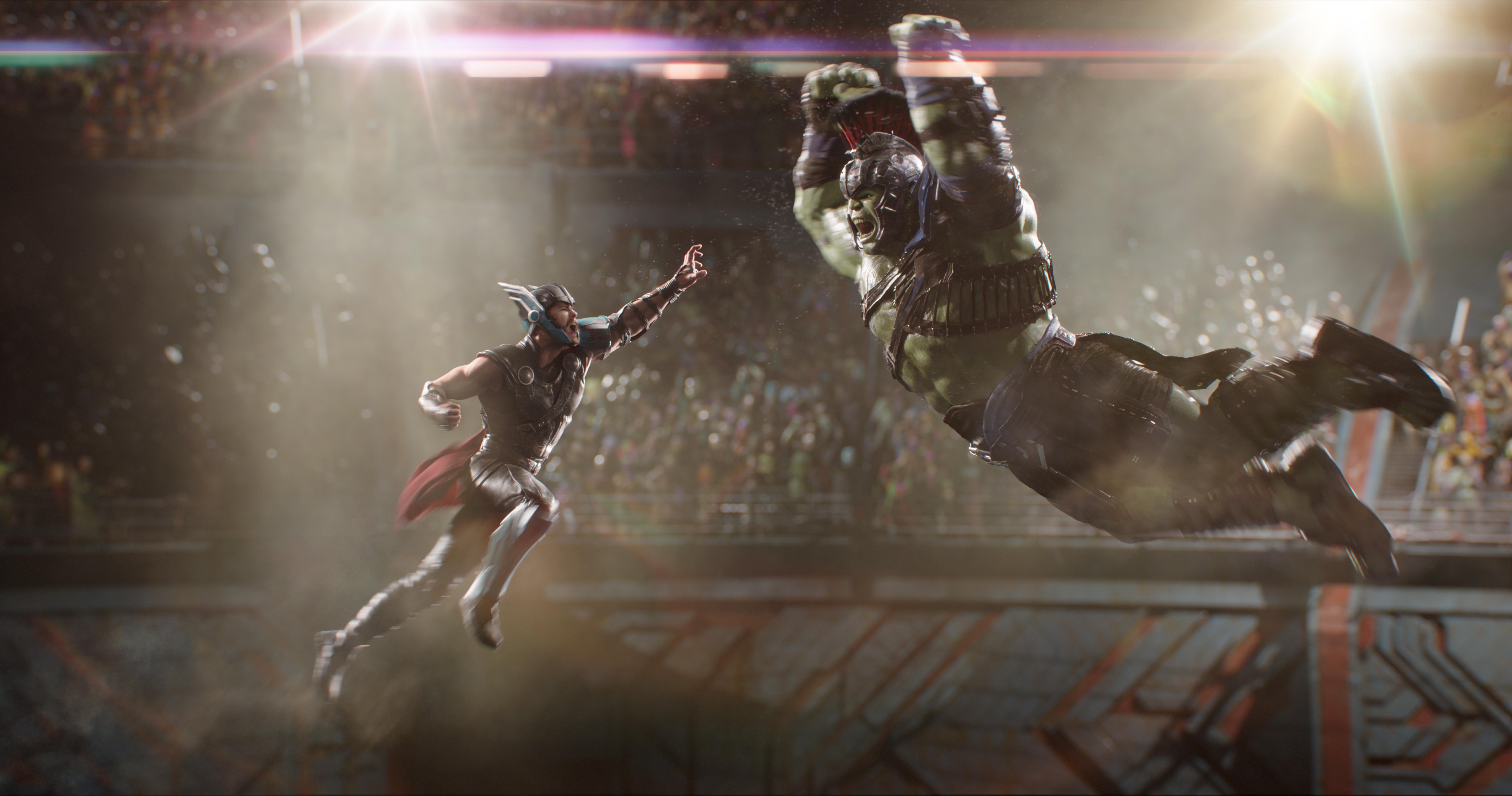 À esquerda, Thor se prepara para atacar Hulk, que está à direita e também pretende atacar Thor