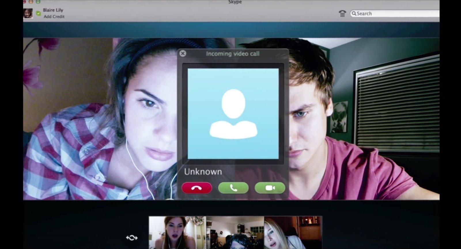 Imagem do filme Amizade Desfeita, também conhecido como Unfriended, ou Offline. A imagem mostra uma conversa de Skype na tela de um computador, envolvendo vários jovens e uma pessoa desconhecida.