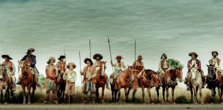 Imagem do filme Zama, parte do Festival do Rio de 2017. A imagem mostra um grupo de cavaleiros, uma ao lado do outro, com lanças em mãos.