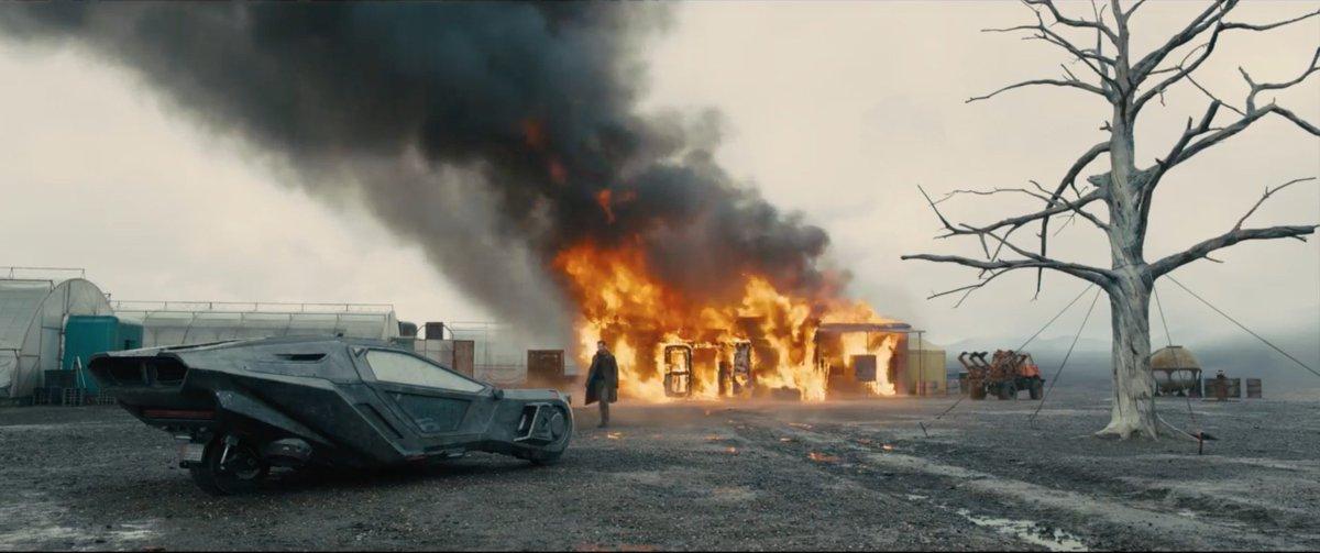 Imagem de Blade Runner 2049 mostra K se afastando de uma casa em chamas