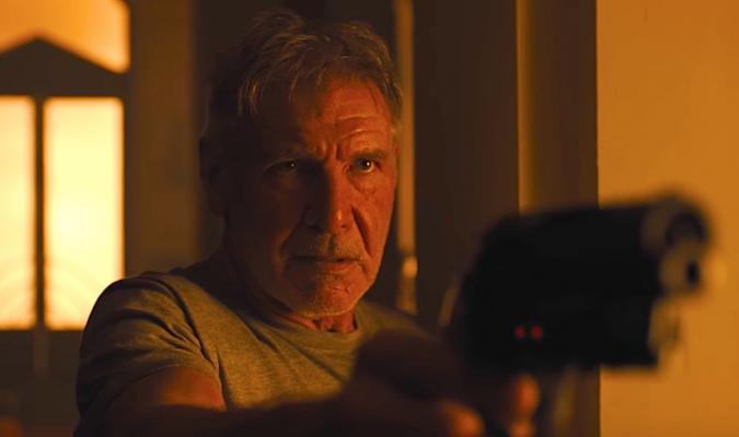 Imagem de Blade Runner mostra Deckard apontando uma arma para o canto direito da tela