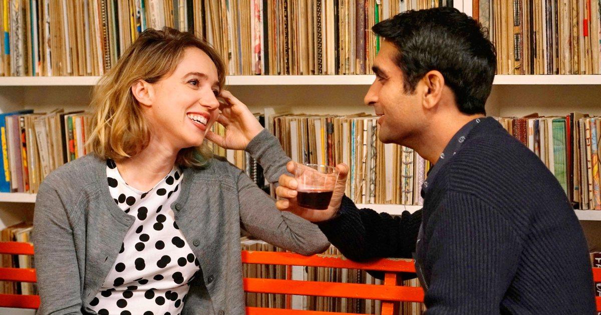 Imagem de Doentes de Amor mostra Kumail e Emily conversando diante de uma estante de livros