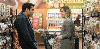 Imagem de Doentes de Amor mostra Kumail e Emily conversando dentro de um supermercado