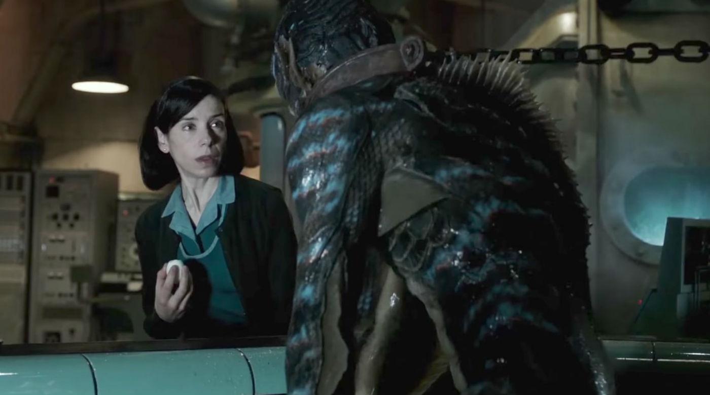 Imagem do filme 'A Forma da Água' ou 'The Shape of Water', de Guillermo Del Toro. A imagem mostra Eliza se encontrando com a criatura, que está acorrentada em seu tanque.