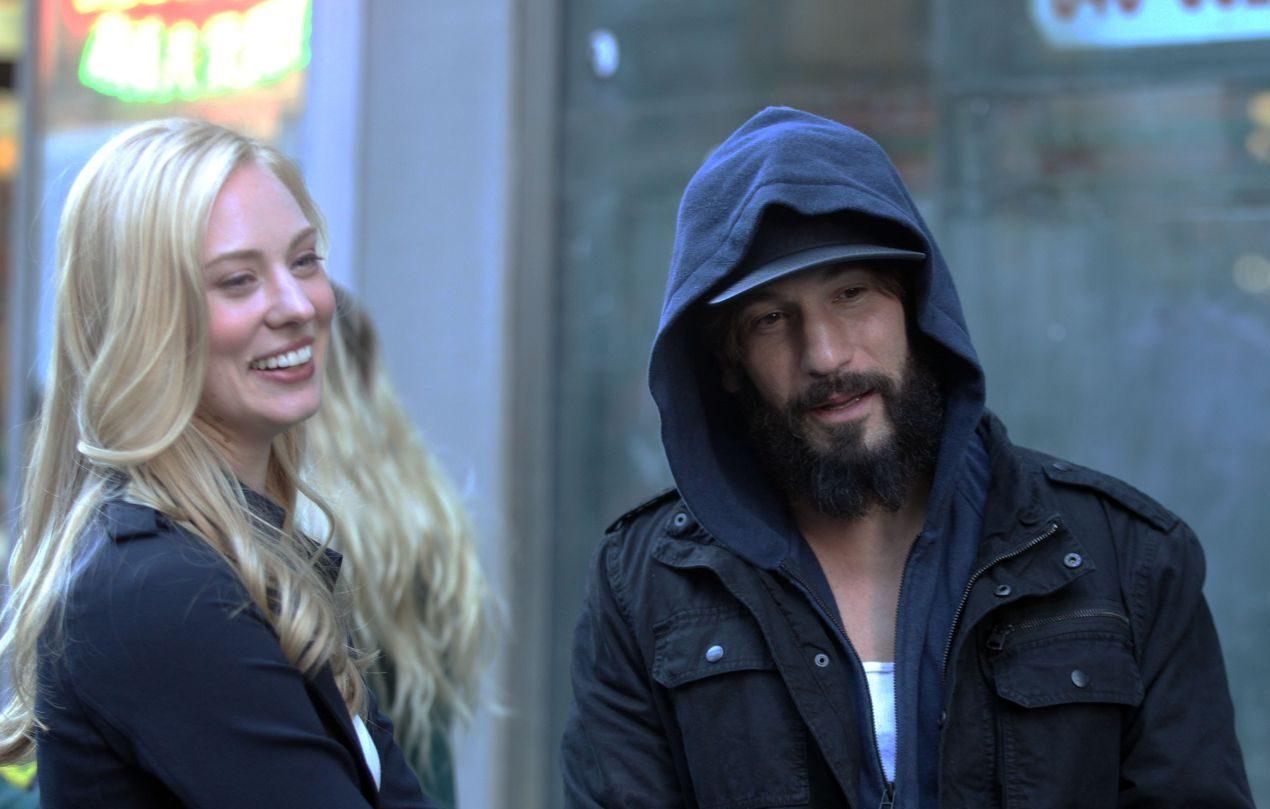 Jon Bernthal no papel de Frank Catle, o Justiceiro, ou Punisher, e Deborah All Woll, no papel de Karen Page, estão no set de filmagem da série Marvel e Netflix.