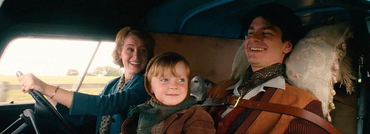 Imagem do filme Uma Razão Para Viver (Breathe). Na imagem, a família formada por Diana, Jonathan e Robin Cavendish viaja de carro.