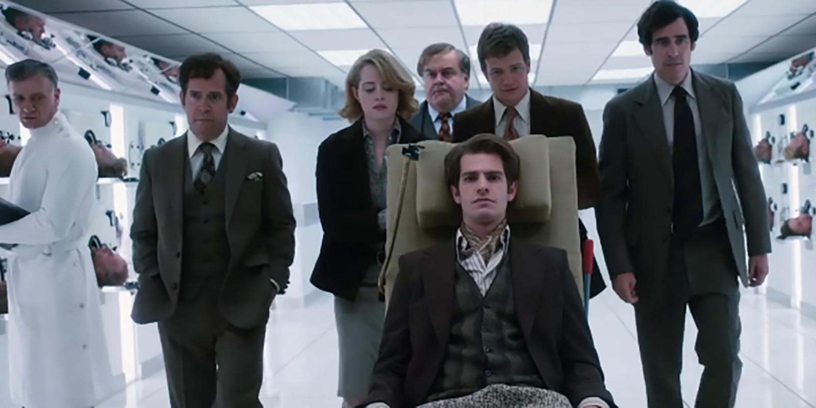 Imagem do filme Uma Razão Para Viver (Breathe). Na imagem, o protagonista visita um hospital que trata poliomielite, na Alemanha.