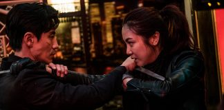 Imagem de A Vilã mostra Sook-hee em combate com um inimigo, ambos se agarrando.