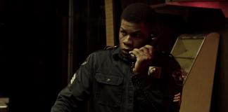 Imagem de Detroit em Rebelião mostra o ator John Boyega caracterizado como policial ao telefone