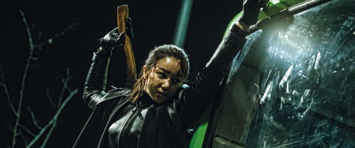 Imagem de A Vilã mostra Sook-hee prestes a quebrar a vidraça de um ônibus