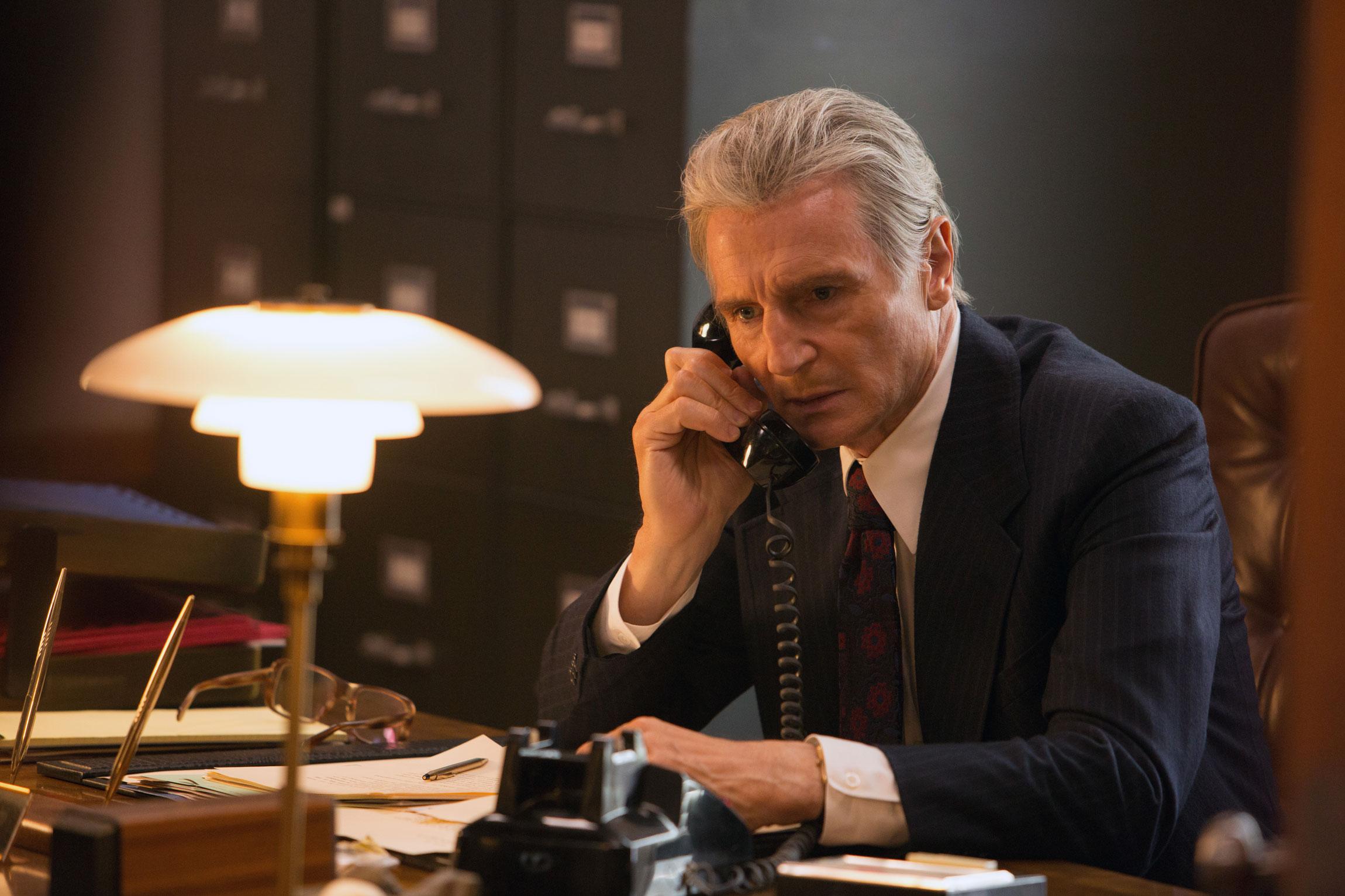 Imagem do filme Mark Felt, com Liam Neeson; filme autobiográfico sobre o Garganta Profunda do caso Watergate. A imagem mostra Liam Neeson atendendo a um telefone.