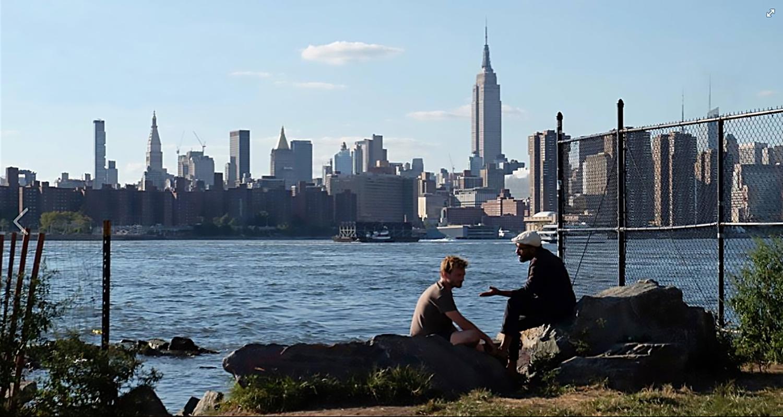 Imagem de Ninguém Está Olhando Mostra Nico diante da cidade de Nova York