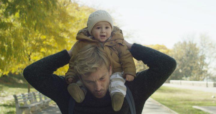 Imagem de Ninguém Está Olhando Mostra Nico com uma criança apoiada nos ombros