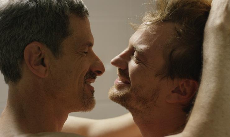 Imagem de Ninguém Está Olhando mostra Nico e Martin em um momento íntimo