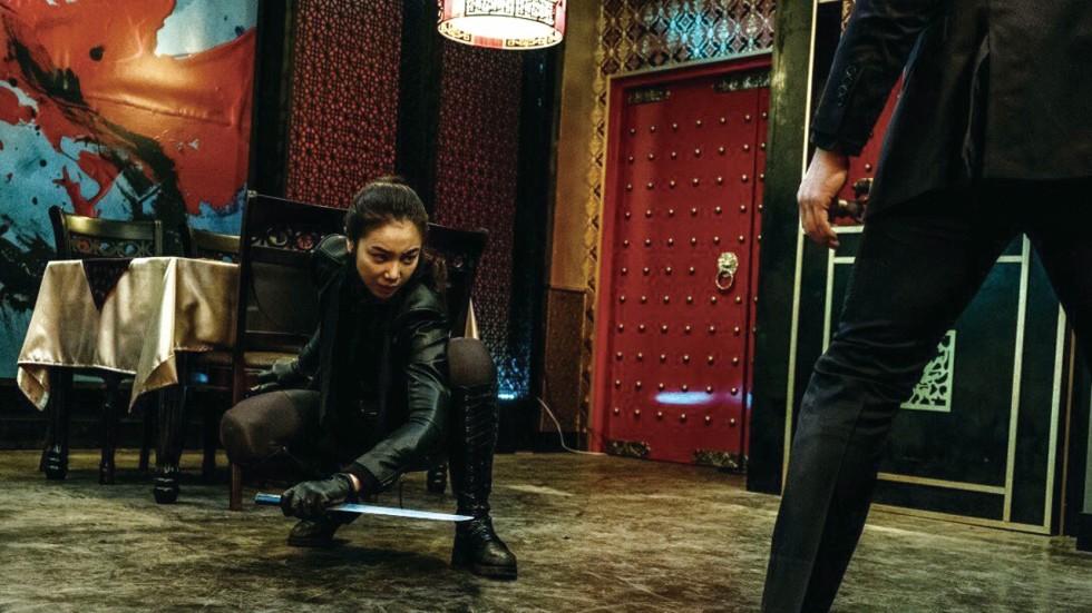Imagem de A Vilã mostra Sook-hee agachada durante um combate