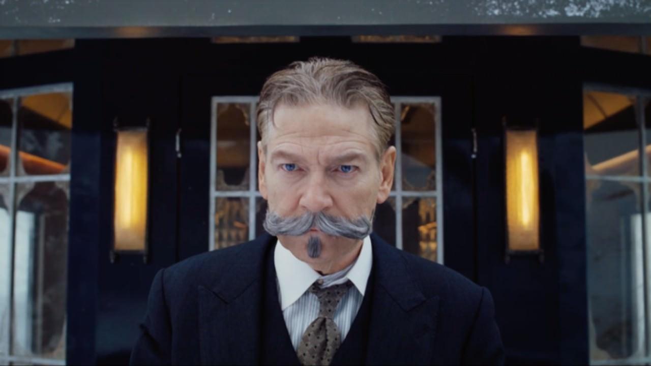 Imagem do filme Assassinato no Expresso do Oriente (ou Murder on the Orient Express). Na imagem, vê-se o detetive Hercule Poirot, com seu reconhecível bigode.