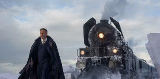 Imagem do filme Assassinato no Expresso do Oriente (ou Murder on the Orient Express). Na imagem, o detetive Hercule Poirot está andando na neve, e o Expresso do Oriente se encontra atrás dele.