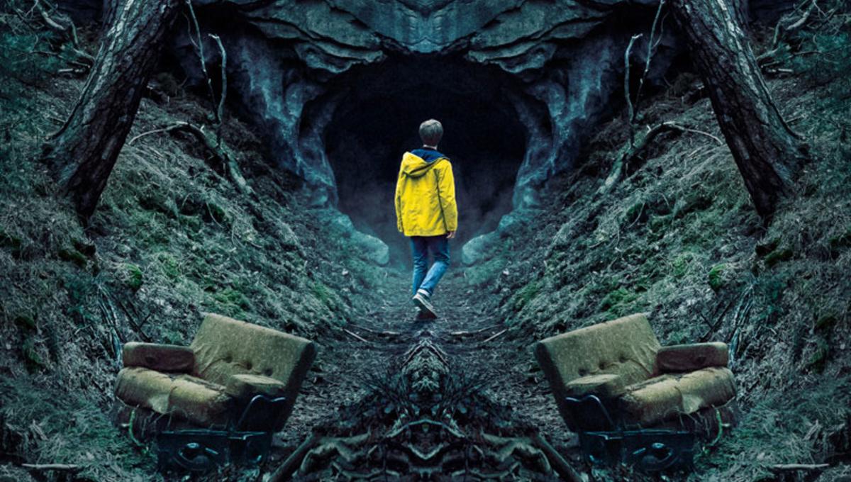 Imagem da série alemã Dark, da Netflix. A imagem mostra um adolescente com capa de chuva amarela na frente de uma caverna; o fundo da imagem está duplicado como um espelho.