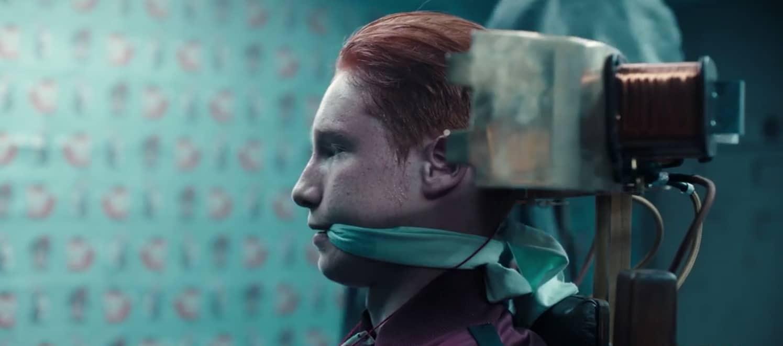 Imagem da série alemã Dark, da Netflix. A imagem mostra um garoto ruivo amordaçado e preso em uma cadeira metálica.