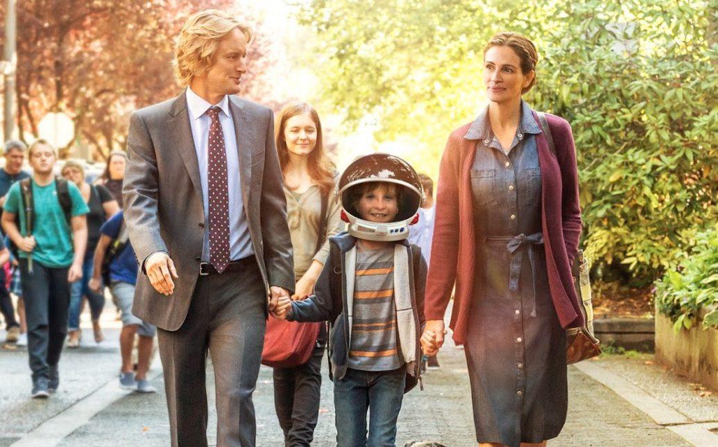 Imagem do filme Extraordinário (ou Wonder). Na imagem, Auggie é levado para a escola por seus pais e sua irmã.