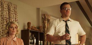Imagem de Suburbicon mostra Matt Damon e Julianne Moore numa sala de estar na década de 50.