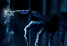 Imagem de divulgação de Sobrenatural A Última Chave, ou Insidious The Last Key, que mostra a mão de um demônio cujos dedos são chaves abrindo uma porta.