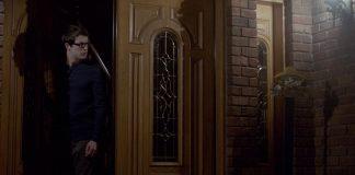 Imagem do filme Vende-se Esta Casa, ou The Open House, produção de horror da Netflix. A imagem mostra um adolescente em uma porta entreaberta, no meio da noite.