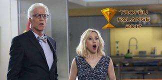 Imagem das Melhores Séries de 2017. Na imagem da série The Good Place, Michael e Eleanor estão chocados porque o Troféu Falange 2017 finalmente saiu.
