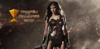 Imagem para as Melhores Produções de Super-Heróis de 2017 mostra a Mulher-Maravilha junto ao ícone do Troféu Falange