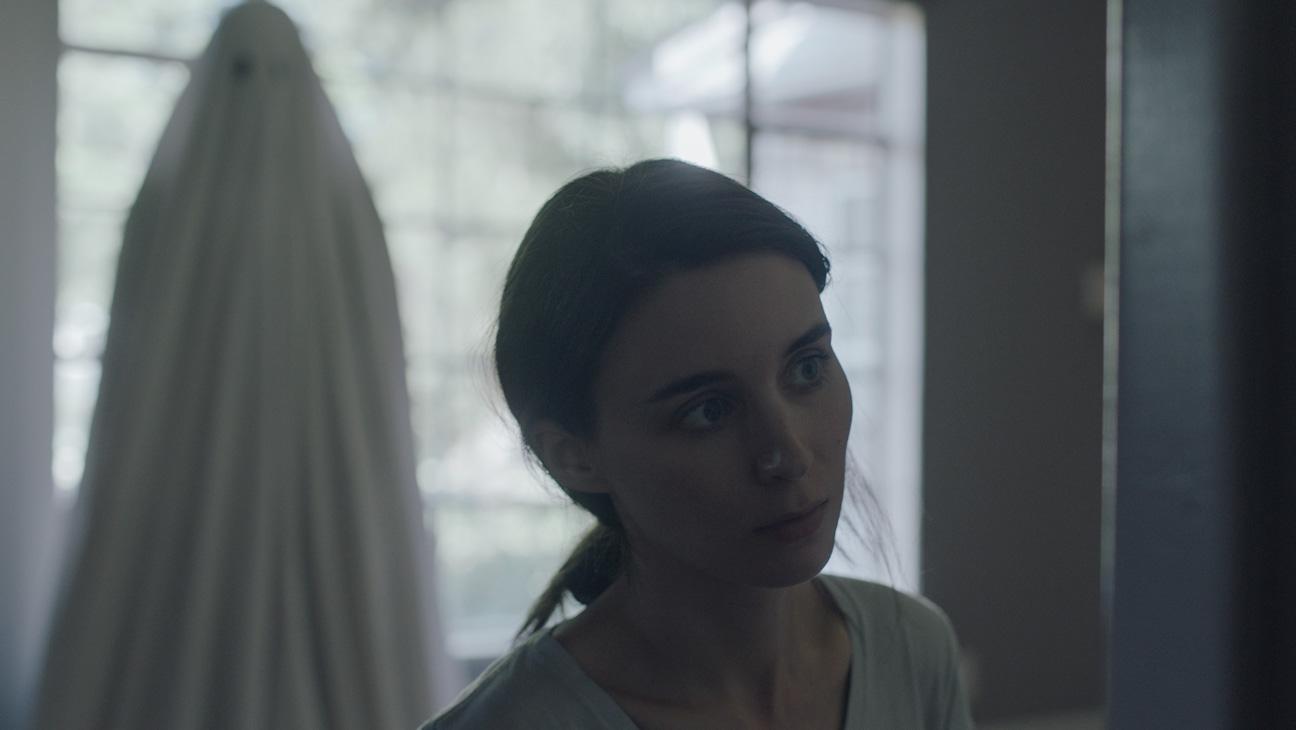 Imagem para os Melhores Filmes de 2017 mostra Rooney Mara assombrada por um fantasma em A Ghost Story