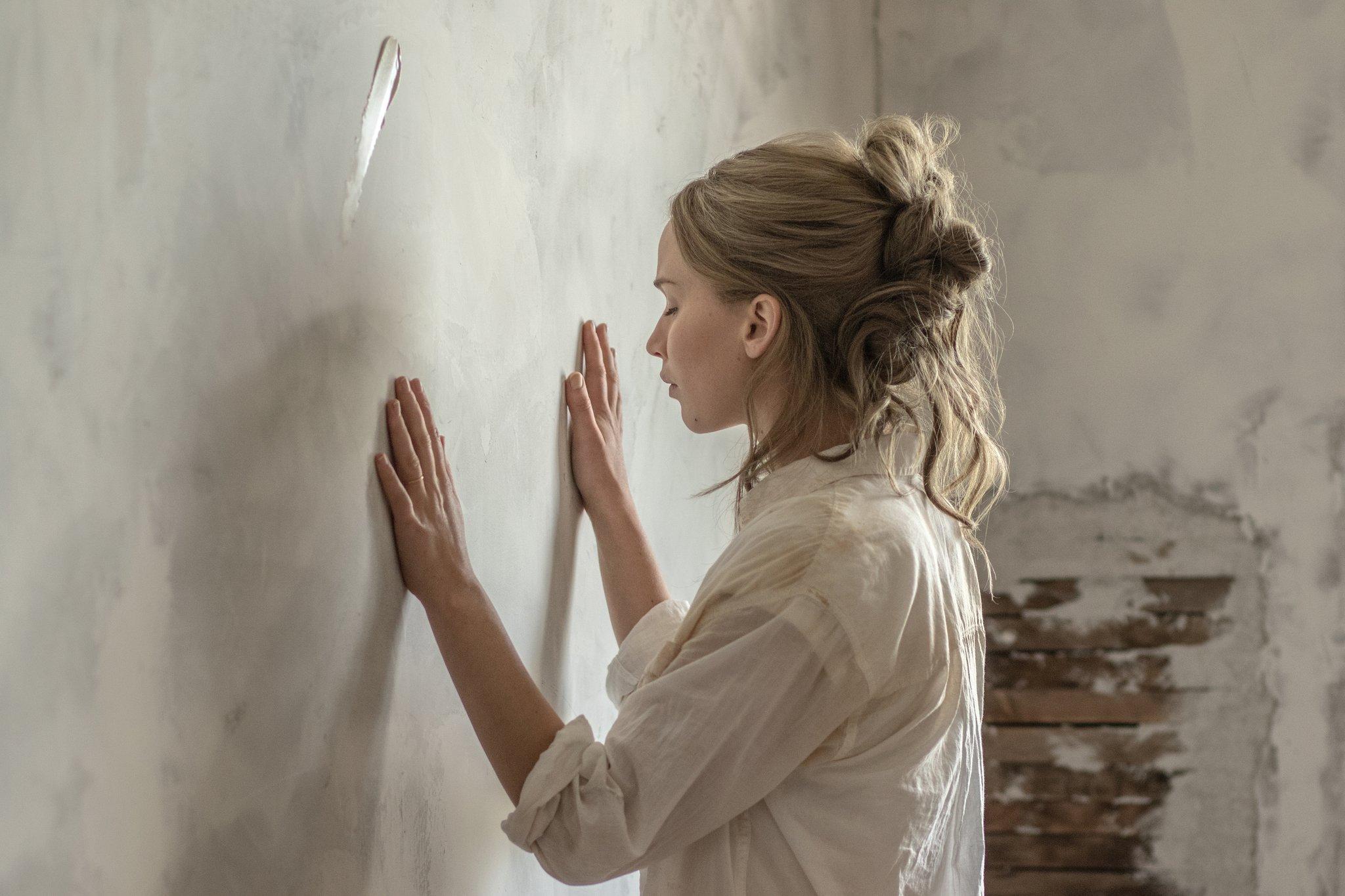 Melhores Filmes de 2017 mostra Jennifer Lawrence de frente para a parede em mãe!