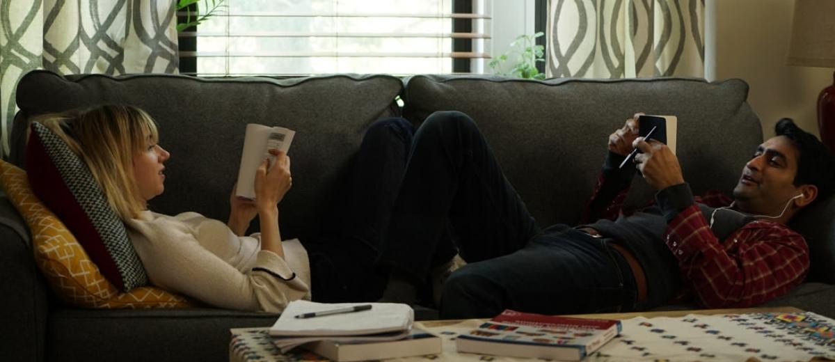 Imagem para os Melhores Filmes de 2017 mostra Kumail Nanjiani e Zoe Kazan deitados em um sofá em uma cena de Doentes de Amor