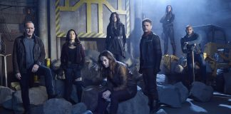 Imagem de divulgação do primeiro arco da quinta temporada de Marvel's Agents of S.H.I.E.L.D., conhecida como SHIELD no Espaço. A imagem mostra a equipe em um hangar apocalíptico cheio de pedras.