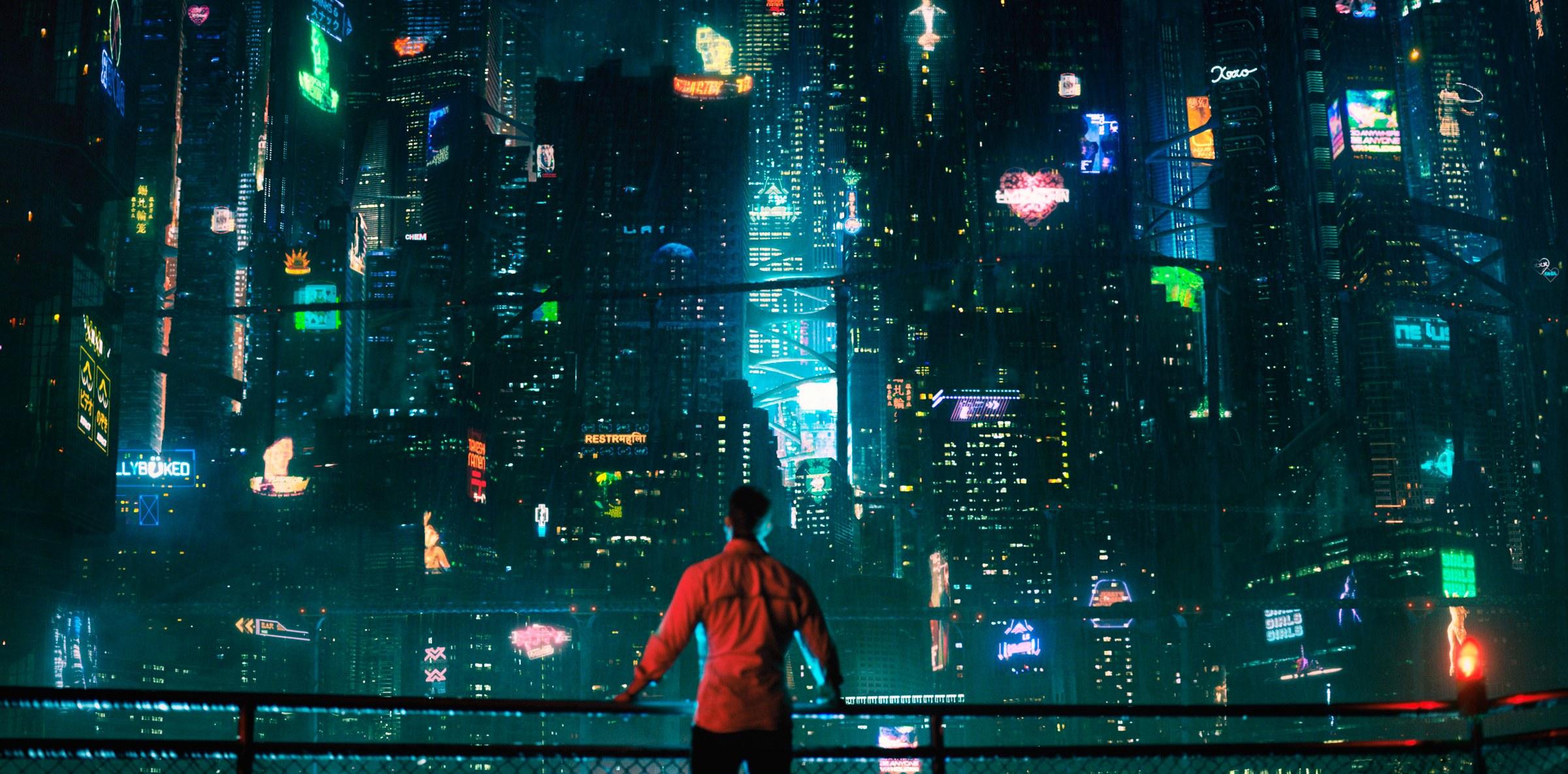 Imagem da série Altered Carbon, ou Carbono Alterado, da Netflix. A imagem mostra um homem olhando para uma gigantesca cidade.