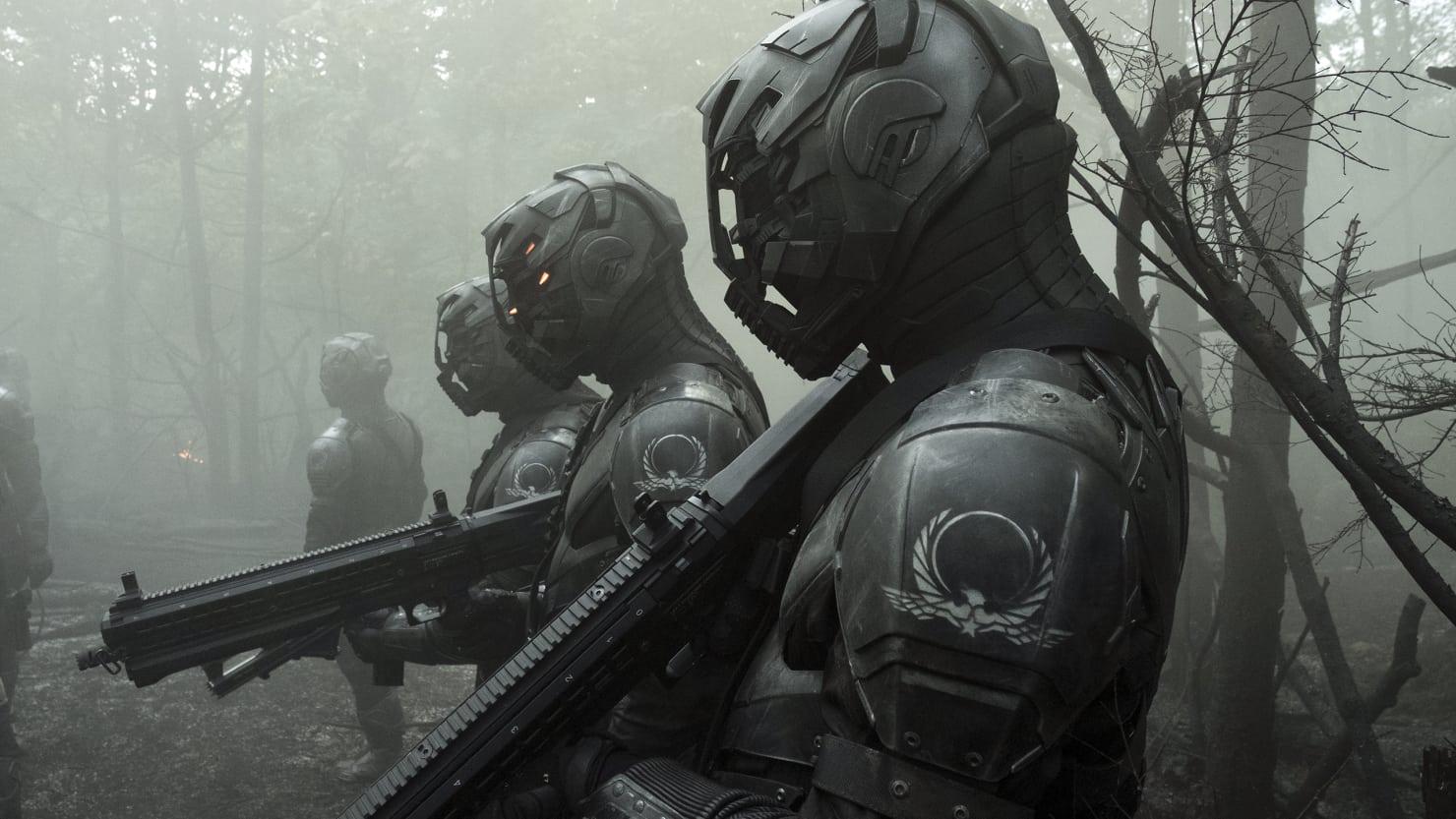 Imagem da série Altered Carbon, ou Carbono Alterado, da Netflix. A imagem mostra um grupo de policiais armadurados.