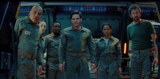 Imagem do Filme O Paradoxo Cloverfield, ou The Cloverfield Paradox, lançado pela Netflix. A imagem mostra um grupo de astronautas olhando assustados por uma janela.