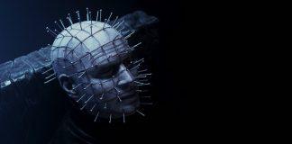 O vilão Pinhead, vivido pelo ator Paul T. Taylor, no filme Hellraiser: Judgment, de Gary J. Tunnicliffe. É possível ver sua característica cabeça de pele branca e cheia de pregos em alto contraste com um fundo preto.