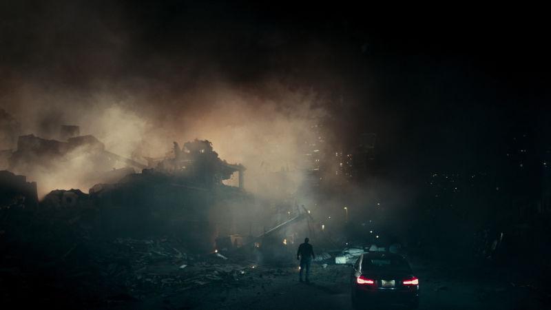 Imagem do Filme O Paradoxo Cloverfield, ou The Cloverfield Paradox, lançado pela Netflix. A imagem mostra um homem parado em frente a uma cidade destruída.