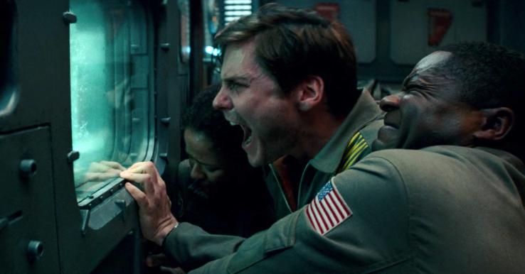 Imagem do Filme O Paradoxo Cloverfield, ou The Cloverfield Paradox, lançado pela Netflix. A imagem mostra um grupo de astronautas olhando assustados por uma janela e gritando.