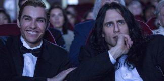 """Imagem de """"Artista do Desastre"""" mostra Tommy (James Franco) e Greg (Dave Franco) sentados frente a frente em um restaurante. Eles fazem uma promessa entrelaçando os dedos mindinhos."""