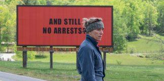 """Imagem de """"Três Anúncios Para Um Crime"""" mostra Mildred (Frances McDormand) na frente de um dos três outdoors que alugou para denunciar a falta de interesse da polícia no assassinato de sua filha."""